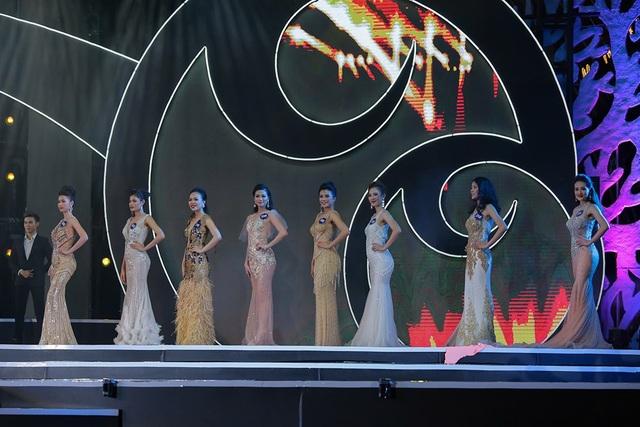 Ở phần trình diễn trang phục dạ hội, Top 70 thí sinh đã xuất hiện rạng rỡ, ấn tượng trong dành nhiều lời ngợi khen cho sự chuẩn bị chỉn chu, sự đầu tư kỹ lưỡng.