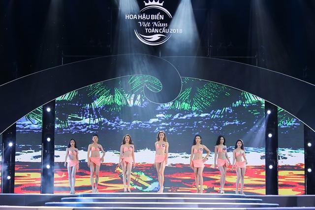 Đồng thời Top 70 thí sinh Hoa hậu Biển Việt Nam toàn cầu cũng xuất hiện trong phần trình diễn trang phục áo tắm vô cùng hấp dẫn.
