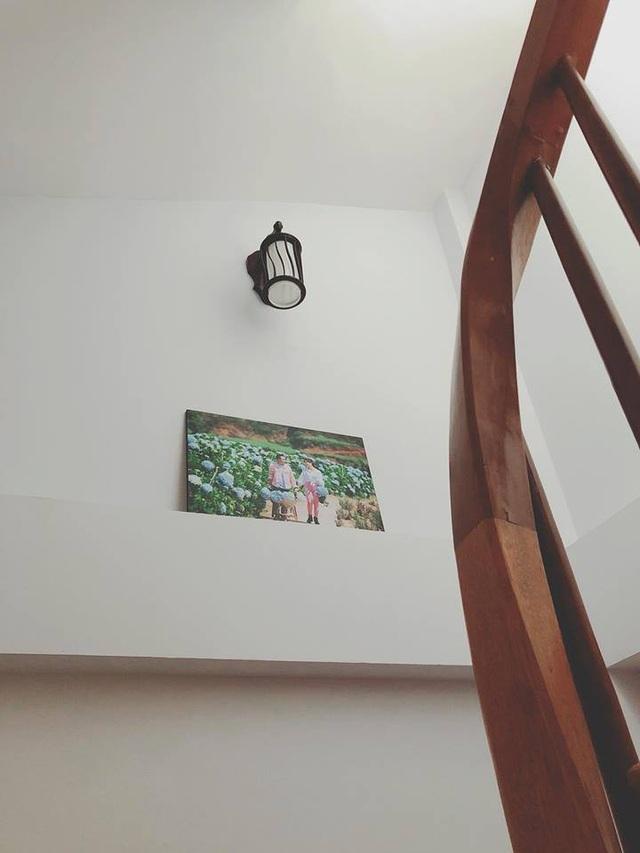 Trên chiếu nghỉ của cầu thang.