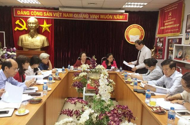 Đồng chí Hoàng Be báo cáo tình hình thực hiện phong trào thi đua, khen thưởng của Hội Khuyến học Việt Nam thời gian qua.