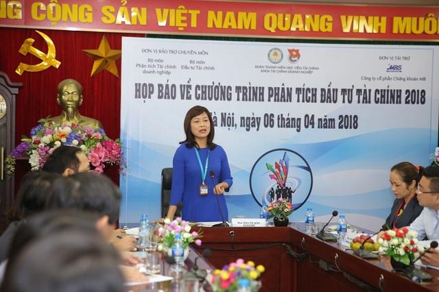 PGS.TS Nghiêm Thị Thà - Phó trưởng khoa Tài chính doanh nghiệp - HVTC, Đại diện ban tổ chức phát biểu trong buổi họp báo.
