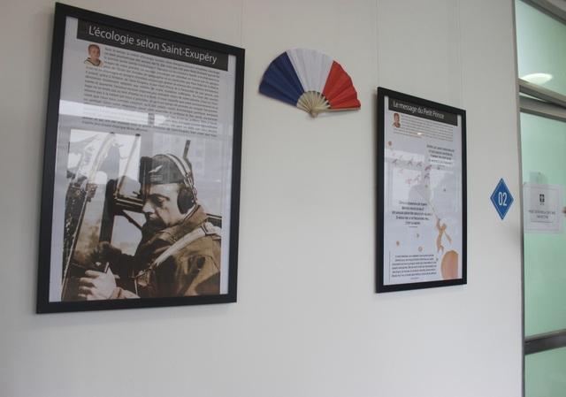 Những bức tranh với thông tin bằng tiếng Pháp giúp các học viên hiểu hơn về lịch sử và văn hóa Pháp.
