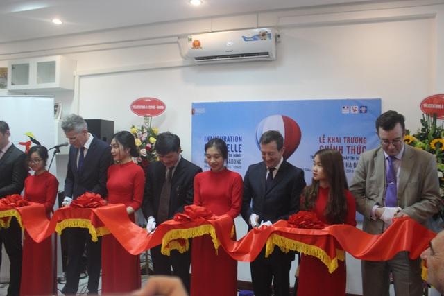 Đại sứ Lortholary cùng các đại biểu cắt băng khai trương chi nhánh mới của Viện Pháp.