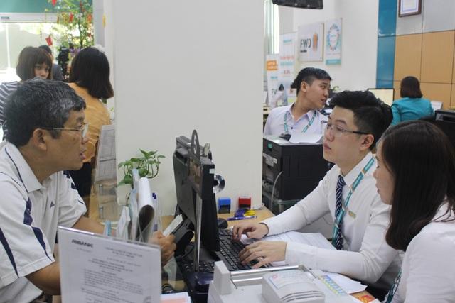 Khách hàng giao dịch tại một chi nhánh của ABBANK