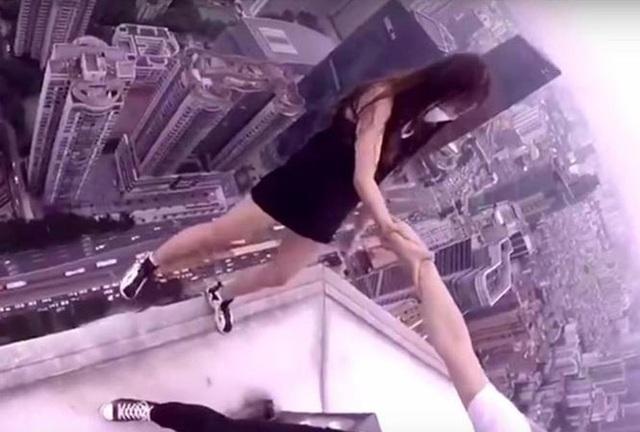 Giới trẻ bất chấp nguy hiểm trên những tòa nhà cao tầng để selfie.