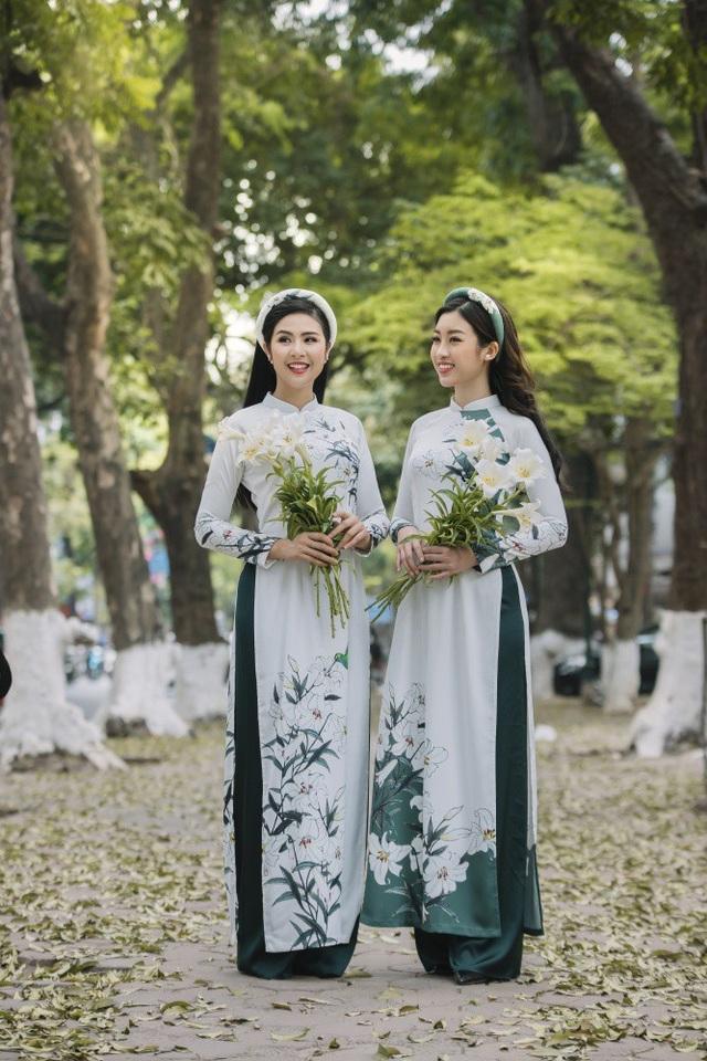 Hoạ tiết hoa loa kèn được in bay bổng trên nền vải lụa, gấm hoa.
