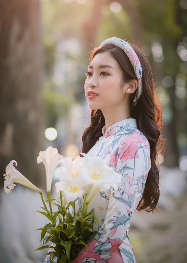 Trong bộ sưu tập áo dài mới Hoa loa kèn, Ngọc Hân đã nghĩ ngay đến nàng thơ Đỗ Mỹ Linh bởi vẻ đẹp của Hoa hậu Việt Nam 2016 cũng thuần khiết như chính ý nghĩa của loài loa hoa kèn.