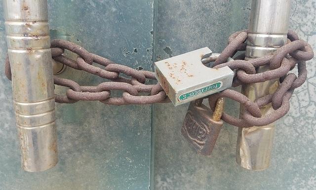 Để chắc ăn chủ đầu tư đã dùng hẳn hai chiếc khóa để đảm bảo an toàn.