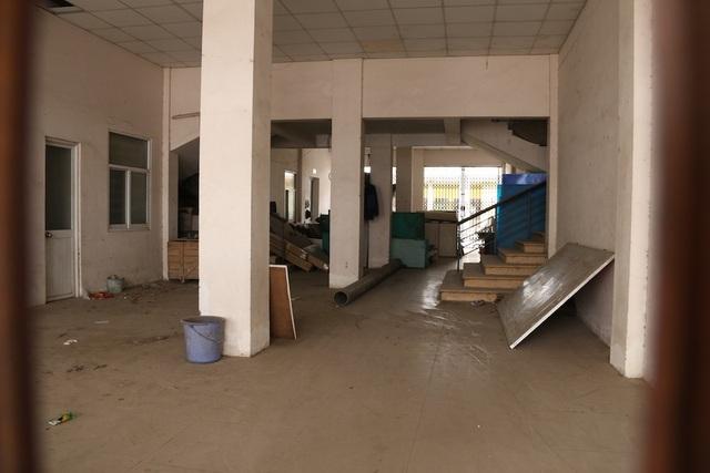 Bên trong tầng một của một đơn nguyên đồ đạc vứt lộn xộn, bụi bám thành mảng.