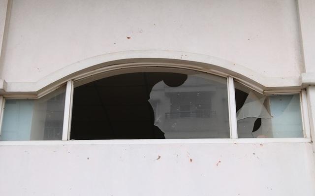 Quanh khu nhà nhiều cửa sổ bị vỡ kính.