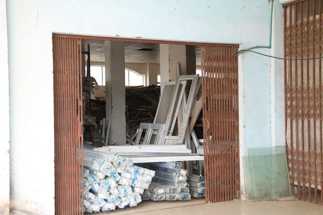 Tầng 1 của một đơn nguyên khác được tận dụng cho thuê làm xưởng nhôm kính.