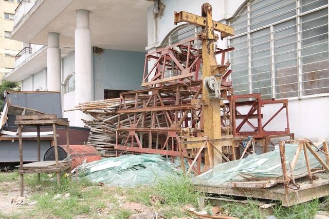 Tầng một của tòa nhà khác được tận dụng để làm kho chứa đồ và được cho thuê lại để làm nhà xưởng. Trong khi sân bãi trở thành nơi tập kết vật liệu xây dựng.
