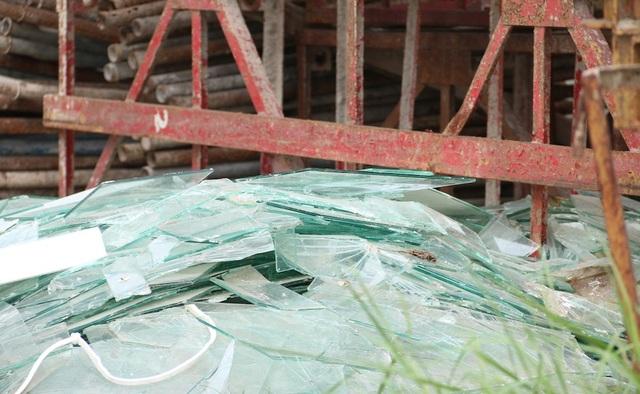 Kính vụ do xưởng nhôm kính bỏ lại, vứt thành đống bên cạnh tòa nhà.
