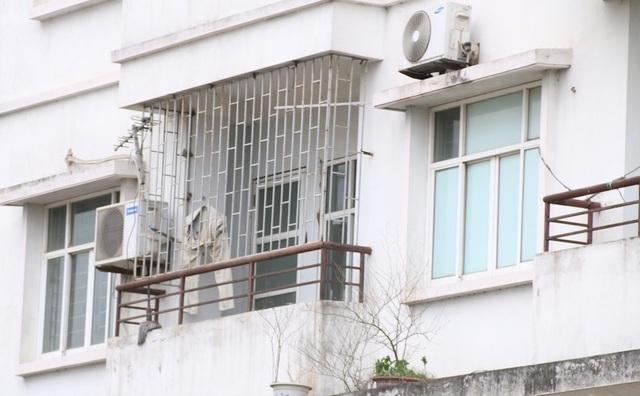 Công nhân của xưởng nhôm kính tận dụng căn phòng phía bên trên để sinh sống. Đây là căn nhà hiếm hoi có người ở nhưng chỉ là đi thuê.
