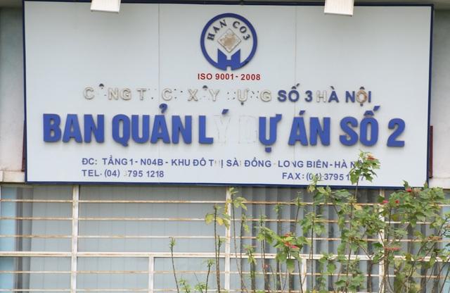 Cửa văn phòng Ban quản lý dự án cũng bị bỏ hoang, cây cỏ dại bao phủ các lối vào. Những dòng chữ không còn nguyên vẹn.