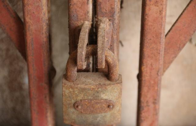 Những chiếc khóa cửa xếp tầng 1 của 3 đơn nguyên đều đã hoen gỉ cho thấy lâu nay khu nhà gần như bỏ hoang