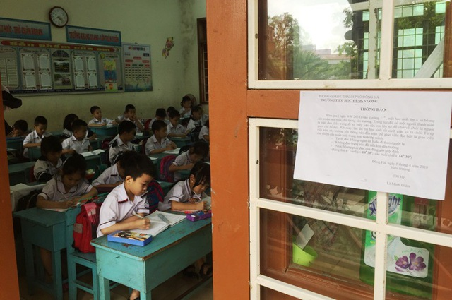 Thông báo được dán ở cửa các phòng học