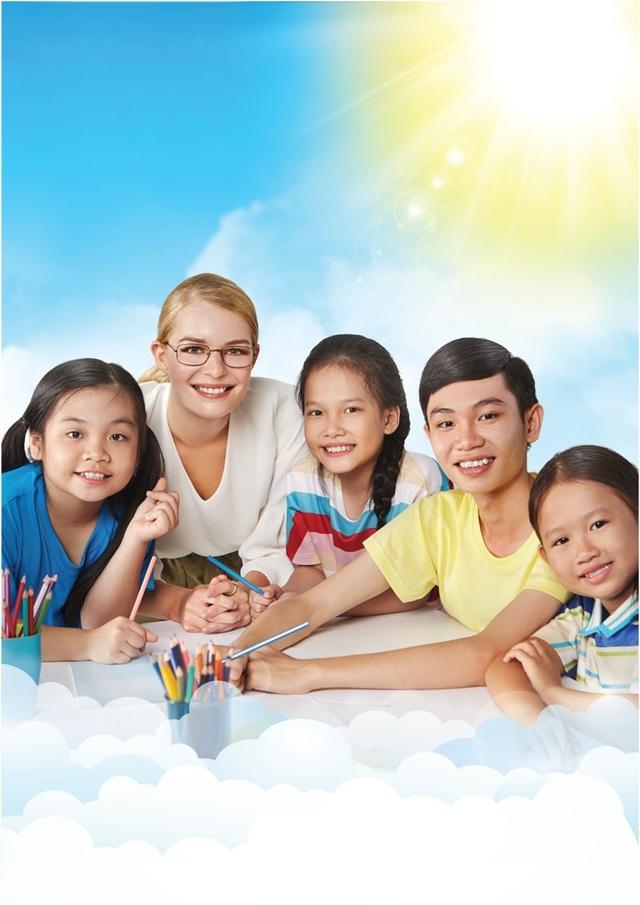 Trái ngược với cách giảng dạy trên, việc tiếp cận tiếng Anh thông qua các hoạt động vừa chơi vừa học sẽ giúp trẻ sử dụng tiếng Anh tự nhiên, từ đó nâng cao khả năng ngoại ngữ rõ rệt.