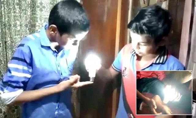 Abu thắp sáng bóng đèn bằng tay không