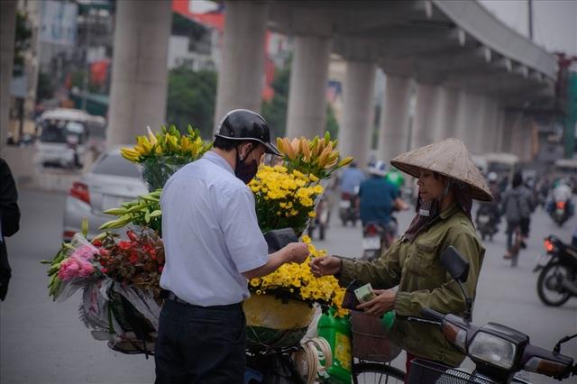 Thời điểm hiện tại, giá bán buôn tại vườn dao động khoảng 60.000đ đến 80.000đ/ 100 bông loa kèn. Trên các con phố, hoa loa kèn được bán lẻ với giá 20.000đ/ 30 bông.
