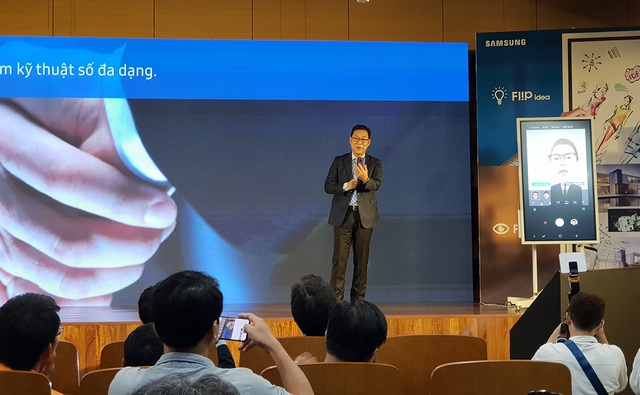Ông Kim Cheol Gi Tổng Giám đốc Công ty Điện tử Samsung Vina giới thiệu bảng Flip