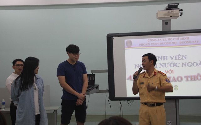 Đại diện Phòng CSGT đường bộ - đường sắt TPHCM hướng dẫn cho các sinh viên Hàn Quốc về các quy tắc giao thông tại Việt Nam