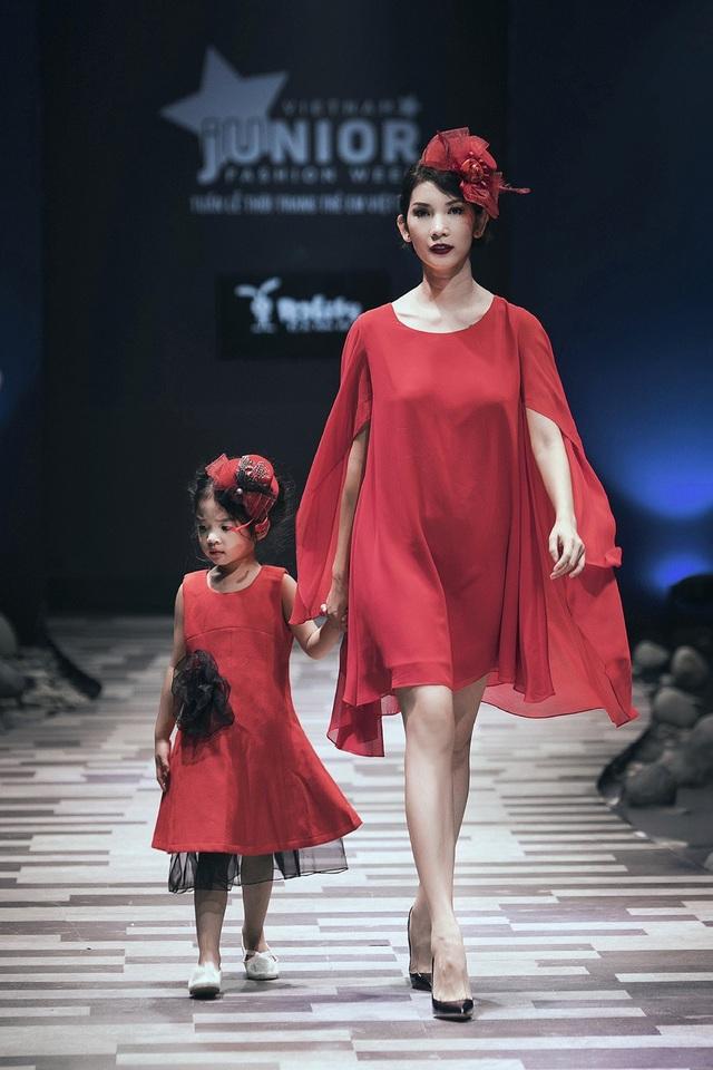 Xuân Lan và bé Thỏ - con gái trên sàn diễn thời trang Tuần lễ thời trang trẻ em Việt Nam 2017.