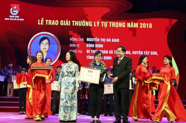 Bí thư Xã đoàn Tây Giang, Nguyễn Thị Hà Giao (giữa) là cán bộ Đoàn duy nhất của tỉnh Bình Định giành giải thưởng Lý Tự Trọng 2018.
