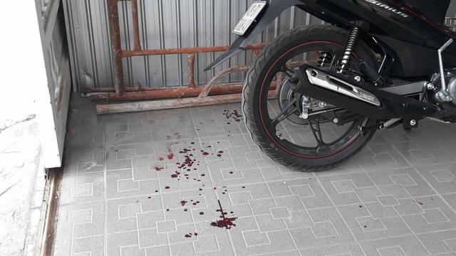 Vết máu tại hiện trường nơi anh cha con anh A. bị bắn trúng