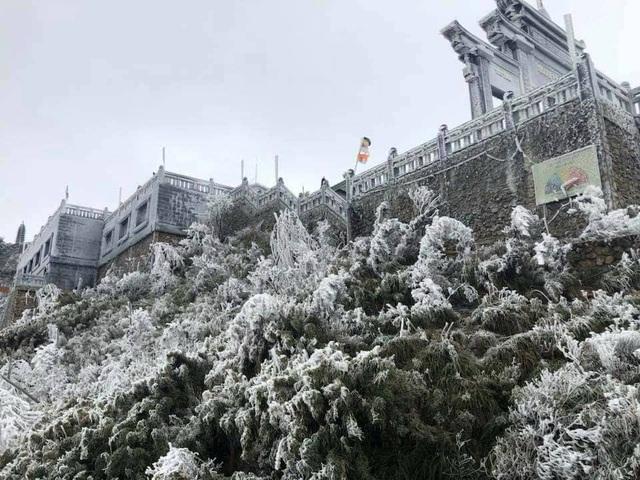 Băng tuyết bất ngờ phủ trắng đỉnh Fansipan - 1