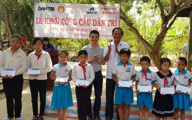 Nhà báo Phạm Tuấn Anh trao tặng 20 suất học bổng từ Quỹ Nhân ái đến các em học sinh có hoàn cảnh đặc biệt khó khăn nhân dịp khởi công cầu Dân trí tại ấp Rạch Đùi