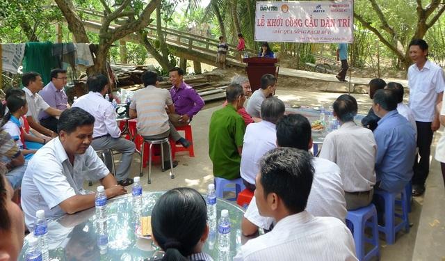 Đông đảo người dân ấp Rạch Đùi đến dự lễ khởi công xây dựng cầu Dân trí.