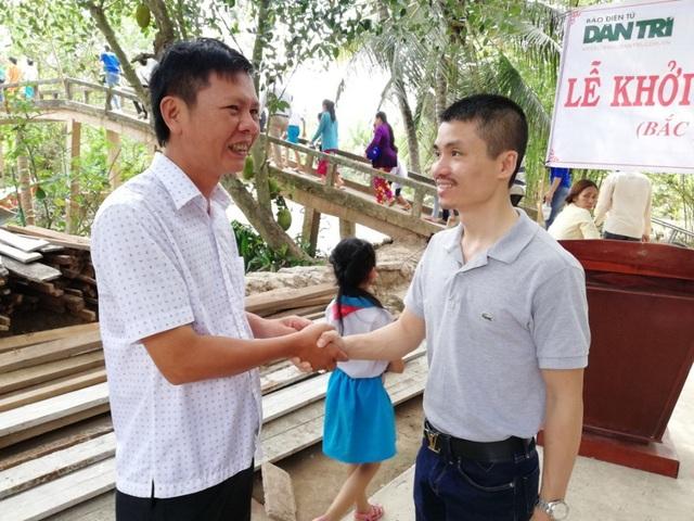 Ông Nguyễn Thanh Liêm - Chủ tịch UBND xã Ninh Thới nhờ nhà báo Phạm Tuấn Anh chuyển lời cám ơn đến Tổng công ty may 10 đã hỗ trợ kinh phí cho địa phương bắc mới cây cầu Rạch Đùi