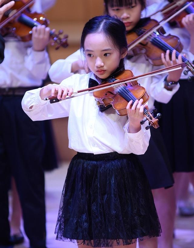 """Thần thái xuất sắc, em gái Hà Nội được ví như """"thiên thần violin"""" - 3"""