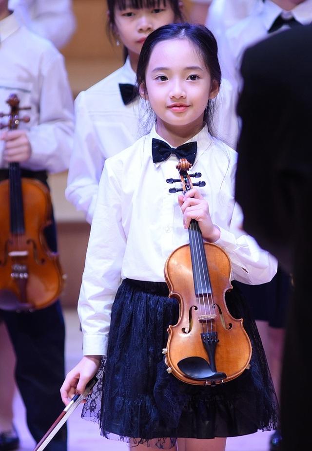 Vẻ đẹp thanh khiết và thần thái của Bảo Anh khi cầm đàn violin