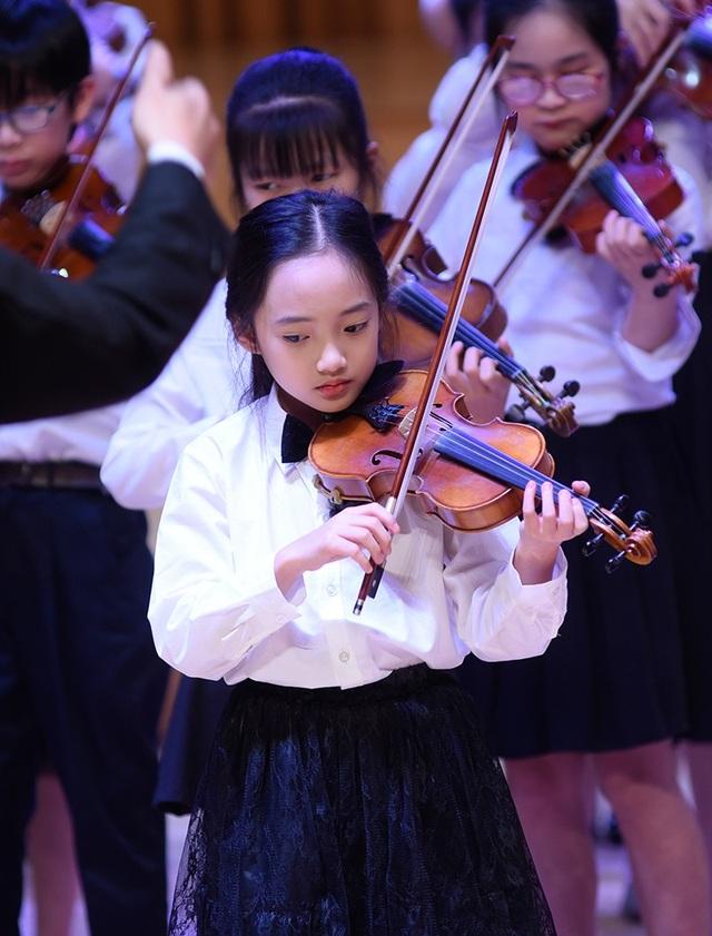 """Thần thái xuất sắc, em gái Hà Nội được ví như """"thiên thần violin"""" - 2"""