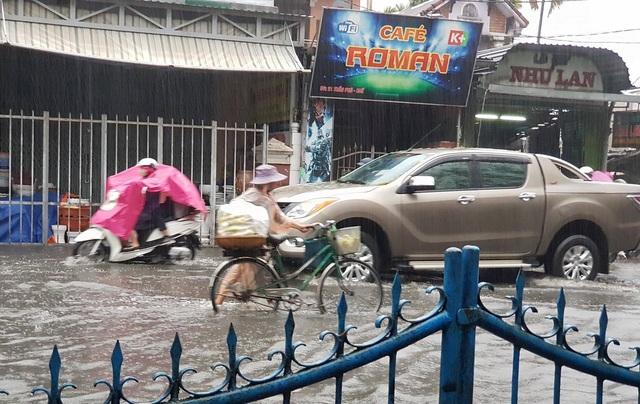 Trong khi các phố ở phía dưới không bị ngập thì tại đường này lại ngập nặng do hệ thống thoát nước chưa làm hoàn chỉnh