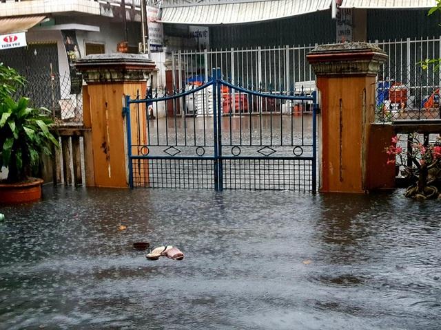 Nước tràn vào nhiều nhà dân