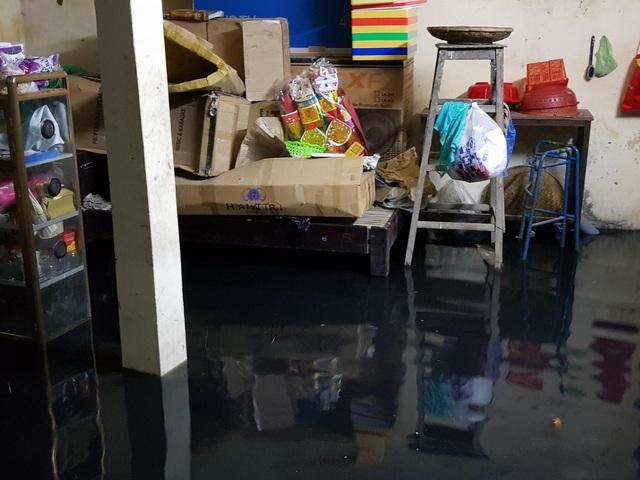 Người dân kê đồ đạc lên cao khi nước ứ tràn vào nhà (nguồn: fb Nguyễn Phong)