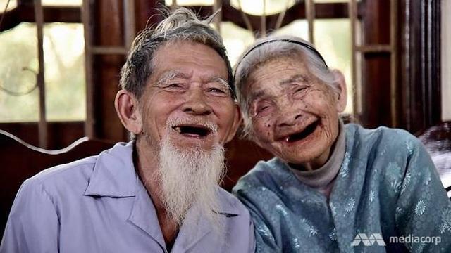 Cụ ông Le Van So và cụ bà Nguyen Thi Loi (Ảnh: Mediacorp)