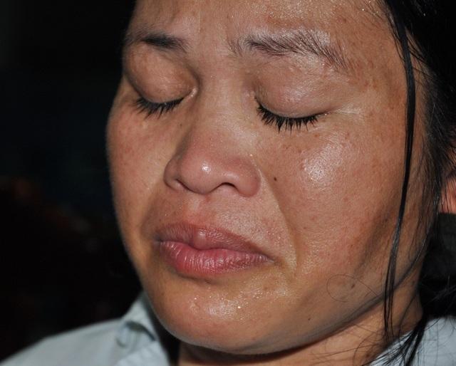 Chị Hương (vợ anh Nam) xúc động trước tình cảm mà bạn đọc báo điện tử Dân trí dành cho gia đình.