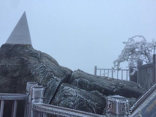 Băng tuyết bất ngờ phủ trắng đỉnh Fansipan - 8