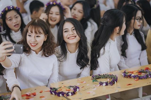 Cả lớp có tất cả 48 thành viên, gồm 29 bạn nữ và 19 bạn nam. Trước khi chụp cả lớp ngồi lại họp bàn và thống nhất, các bạn nữ mặc trang phục áo dài trắng truyền thống và các bạn nam mặc đồng phục áo trắng, quần vải.