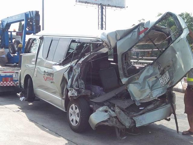Chiếc xe khách 16 chỗ bị đâm nát sau tai nạn