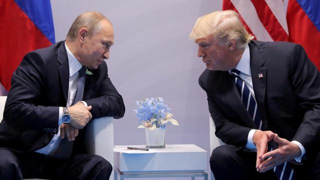Tổng thống Donald Trump và Vladimir Putin gặp nhau lần 1 tại Đức hồi tháng 7 năm ngoái. (Ảnh: Reuters)