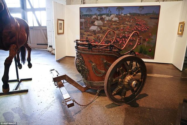 """Một cỗ xe ngựa làm theo phong cách La Mã từng được sử dụng trong """"Gladiator"""" đã tìm được người mua từ rất sớm với giá 65.000 USD."""
