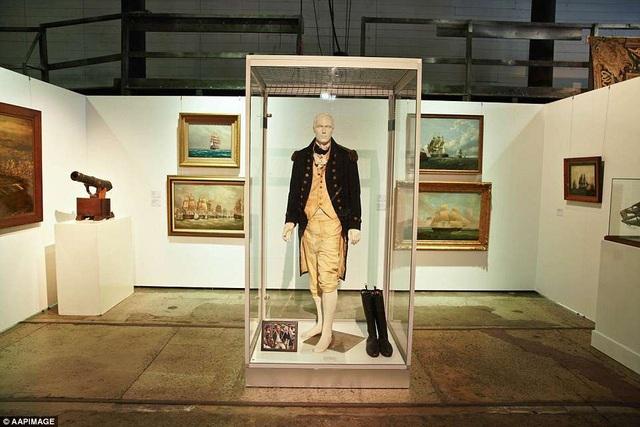 """Bộ trang phục mà tài tử từng mặc trong phim """"Master and Commander"""" (Thuyền trưởng và đại úy: Nơi tận cùng thế giới - 2003) được bán với giá 115.000 USD."""