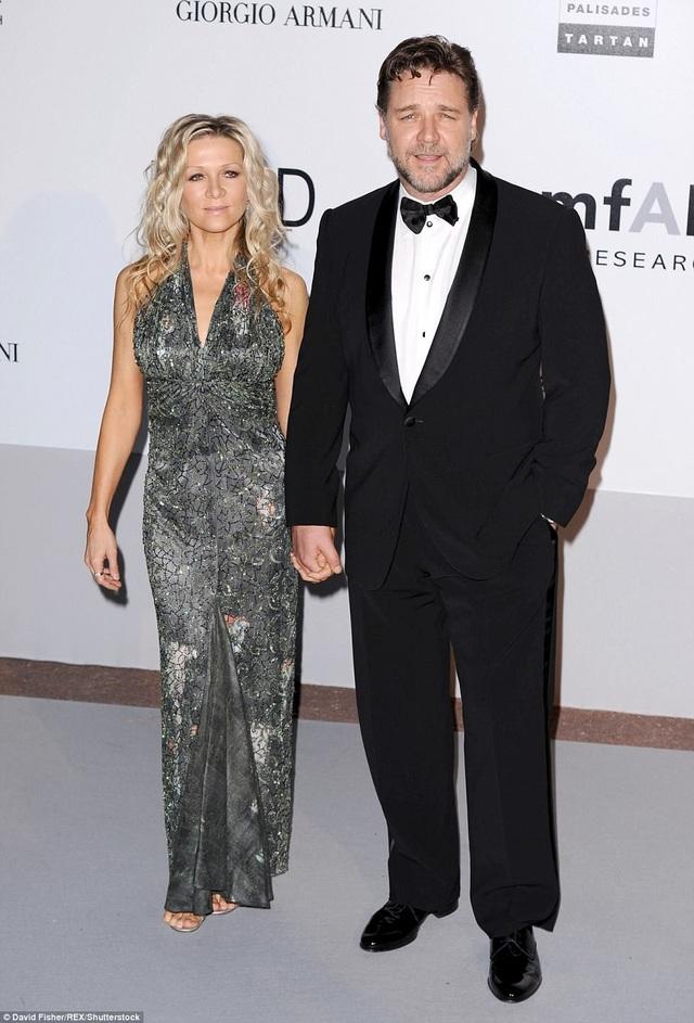 """Cuộc triển lãm - đấu giá """"The Art Of Divorce"""" (Nghệ thuật ly hôn) được Russell Crowe thực hiện như một cách để đối diện với cái kết của cuộc hôn nhân 9 năm gắn bó với bạn đời Danielle Spencer. Từ cuộc hôn nhân này, cặp đôi có hai người con trai."""