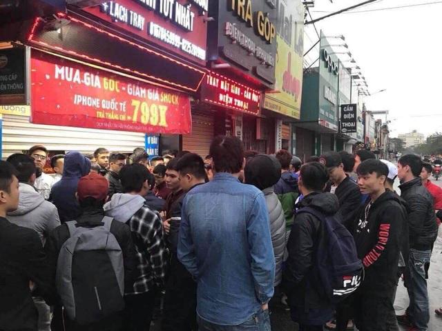 Từ sáng sớm đã rất đông người đến xếp hàng chờ mua điện thoại giảm giá sốc do cửa hàng thông báo (ảnh bạn đọc)