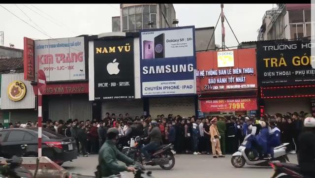 Một người lên mạng xã hội tự xưng là Hoàng Ngọc Võ, chủ cửa hàng trên ho rằng do lượng người đến quá đông nên mất kiểm soát tình hình (ảnh cắt từ clip Fb Hoàng Ngọc Võ)